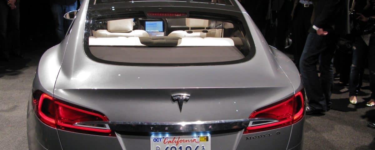 Tesla Model S von hinten